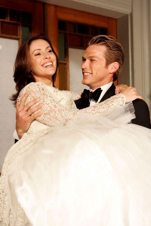 Nach der Trauung trägt Dex (Jason Lewis, r.) seine Phoebe (Alyssa Milano, l.) über die Schwelle ... - Bildquelle: Paramount Pictures