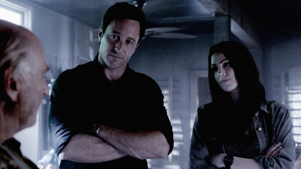 Steve (Alex O'Loughlin, M.) und Catherine (Michelle Borth, r.) wollen die sterblichen Überreste von Steves gefallenem Navy-SEAL-Kameraden und Freund... - Bildquelle: 2013 CBS Broadcasting, Inc. All Rights Reserved.