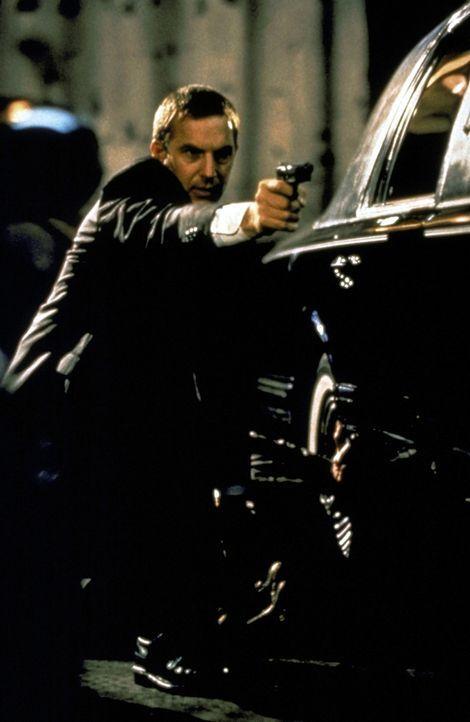 Frank Farmer (Kevin Costner) arbeitet als selbständiger Bodyguard. - Bildquelle: Warner Bros.