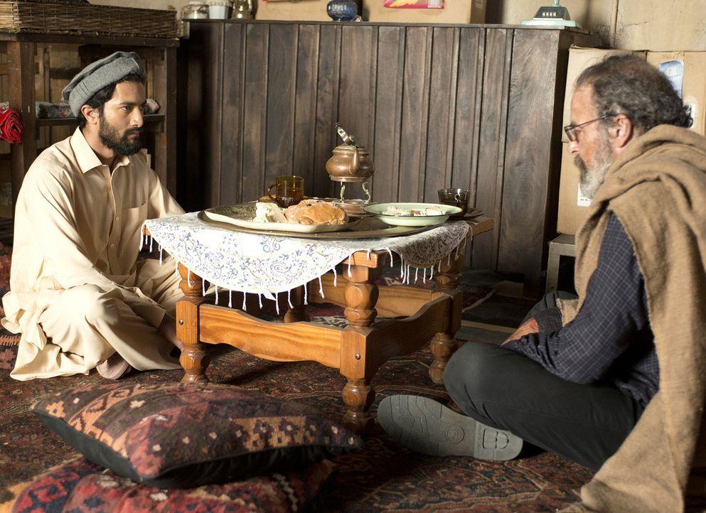 Saul (Mandy Patinkin, r.) konnte sich aus den Fängen von Haqqani befreien und flüchtet im Auftrag von Carrie und Quinn zu Azam Shah (Jòvan Muthray,... - Bildquelle: 2014 Twentieth Century Fox Film Corporation