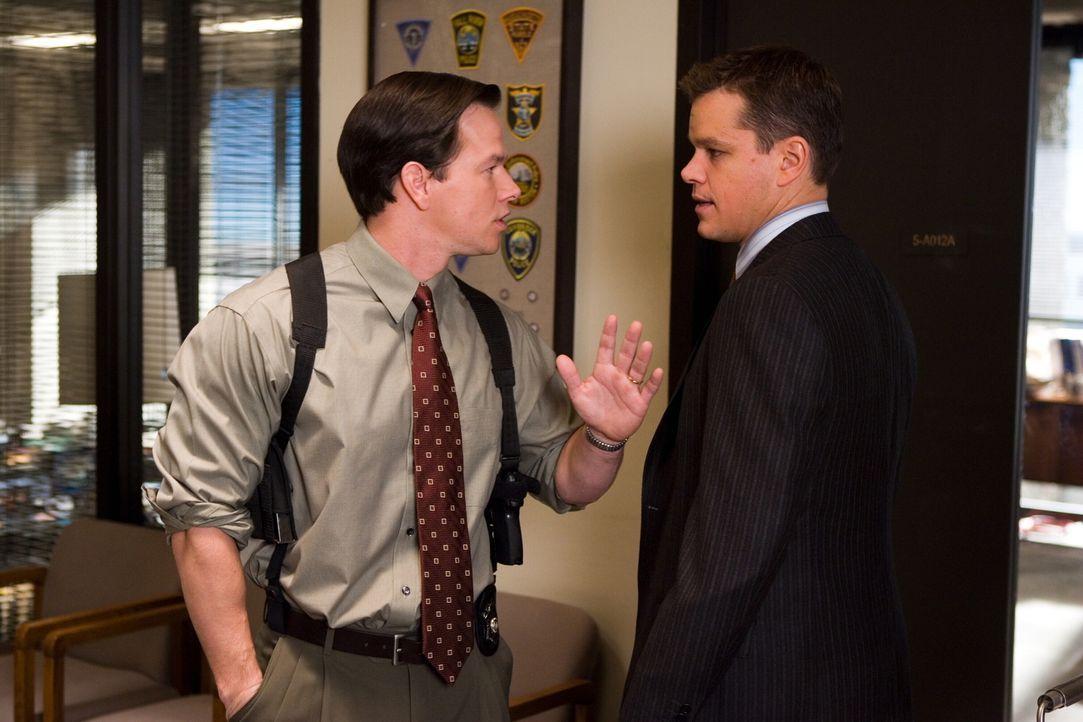 Während Sergeant Dignam (Mark Wahlberg, l.) versucht, einen gefährlichen Maulwurf in den eigenen Reihenzu enttarnen, setzt Cop Colin Sullivan (Matt... - Bildquelle: Warner Bros. Entertainment Inc