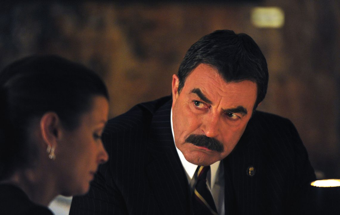 Frank (Tom Selleck, r.) ist nicht mit Erins (Bridget Moynahan, l.) Entscheidung einverstanden, den Hauptverdächtigen in einem Raubüberfall, bei dem... - Bildquelle: John Paul Filo 2013 CBS Broadcasting Inc. All Rights Reserved.