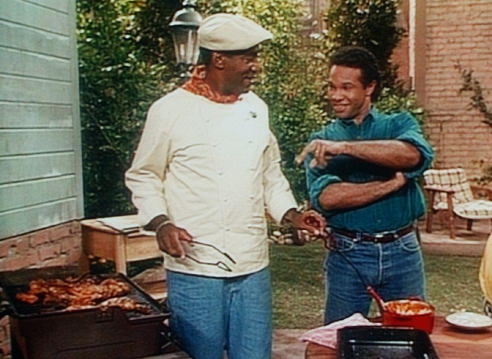 Elvin (Geoffrey Owens, r.) beobachtet Cliff (Bill Cosby, l.) beim Kochen, denn er will unbedingt hinter das Geheimnis seiner Barbecue-Soße kommen. - Bildquelle: Viacom