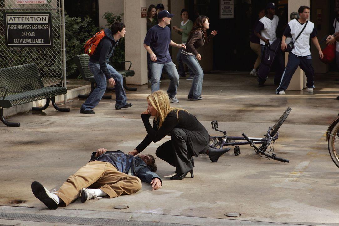 Samantha Spade (Poppy Montgomery, r.) eilt einem auf dem Boden liegenden Jungen zur Hilfe - was ist passiert? - Bildquelle: Warner Bros. Entertainment Inc.