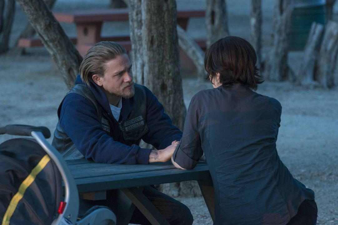 Zeigt wieder Gefühle: Nachdem Jax (Charlie Hunnam, l.) Tara (Maggie Siff, r.) schließlich gefunden hat, stellt er ihr frei, mit den Jungs fortzugehe... - Bildquelle: 2013 Twentieth Century Fox Film Corporation and Bluebush Productions, LLC. All rights reserved.