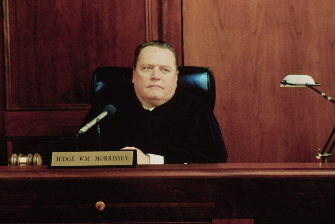 Stets ist Larry Flynt im Blickpunkt der Justiz. Richter Morrissey (Larry Flynt) fällt eins der zahllosen Gerichtsurteile ... - Bildquelle: Columbia Pictures