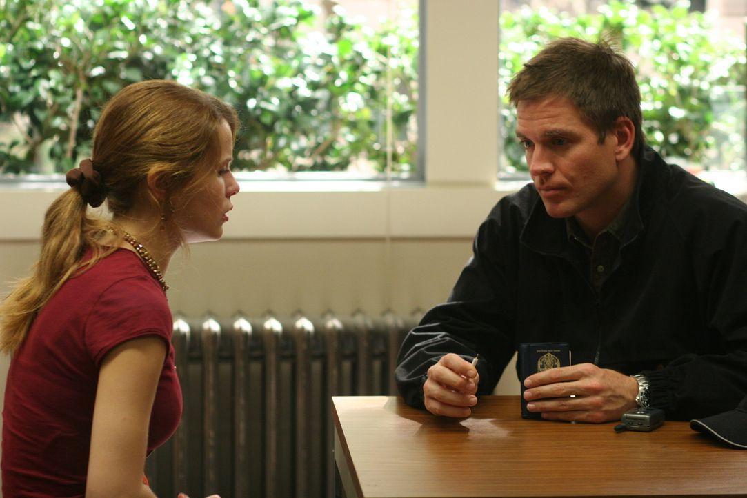 Tony (Michael Weatherly, r.) unterhält sich mit Stephanie Phillips (Linsey Godfrey, l.), einer Mitschülerin von Kody Meyers, um etwas über den Junge... - Bildquelle: CBS Television