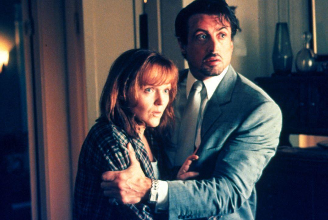 Richies Witwe wurde überfallen. Jack Carter (Sylvester Stallone, r.) tröstet seine Schwägerin Gloria (Miranda Richardson, l.) in dem Wissen, dass... - Bildquelle: Warner Bros.