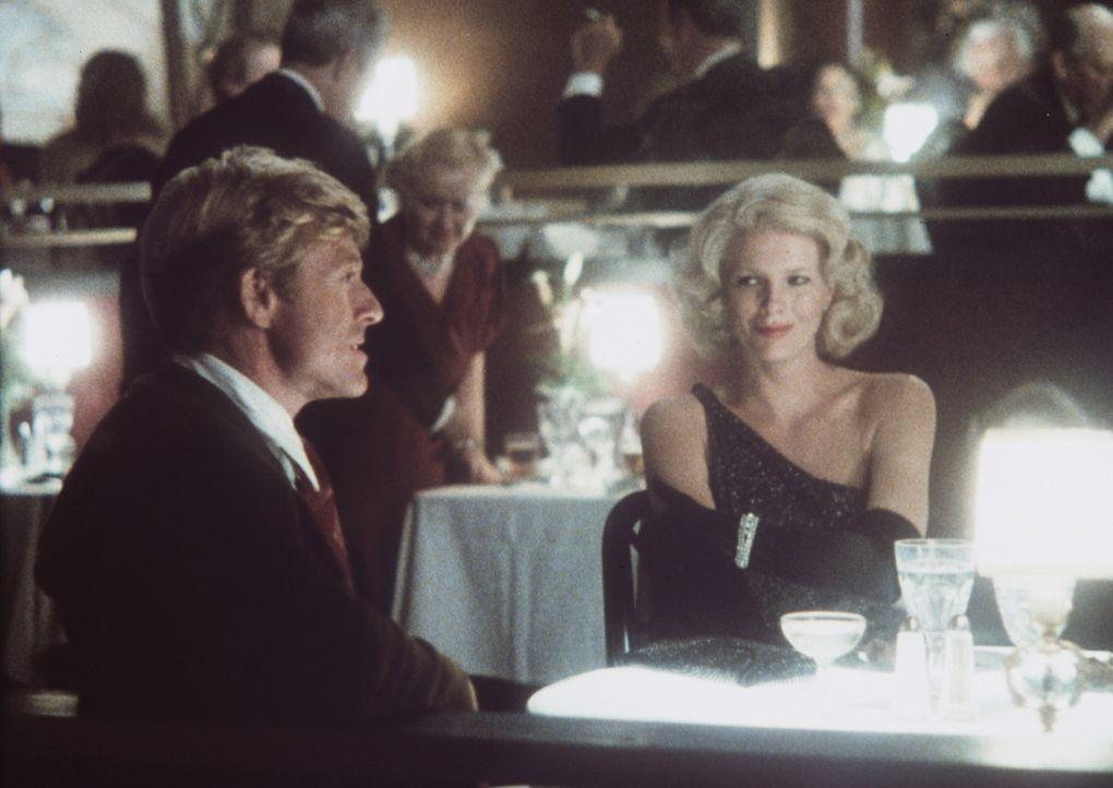 Die schöne Memo Paris (Kim Basinger, r.) umgarnt den Baseballspieler Roy Hobbs (Robert Redford, l.) ... - Bildquelle: TriStar Pictures