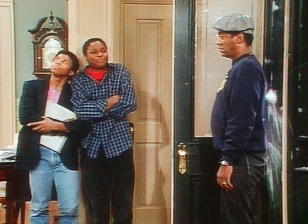 Cliff (Bill Cosby, r.) erinnert sich ungern an eine Geschichte, bei der er von Theo (Malcolm-Jamal Warner, M.) und Cockroach (Carl Payne, l.) böse... - Bildquelle: Viacom
