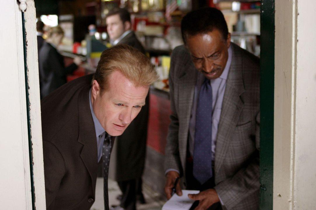 Walter Deep (Gregg Henry, l.) und Will Jeffries (Mel Winkler, r.) machen eine interessante Entdeckung ... - Bildquelle: Warner Bros. Television