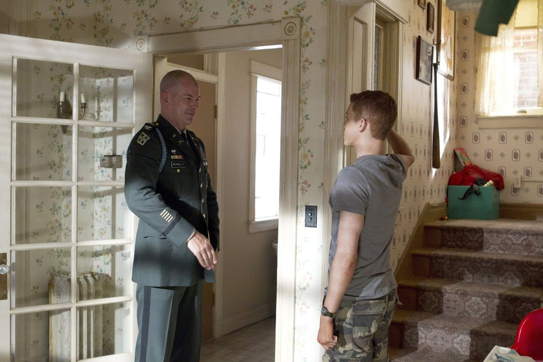 Wird Ians (Cameron Monaghan, r.) Traum wahr und Colonel Kirk McNally (Peter Murnik, l.) holt ihn ab? - Bildquelle: 2010 Warner Brothers