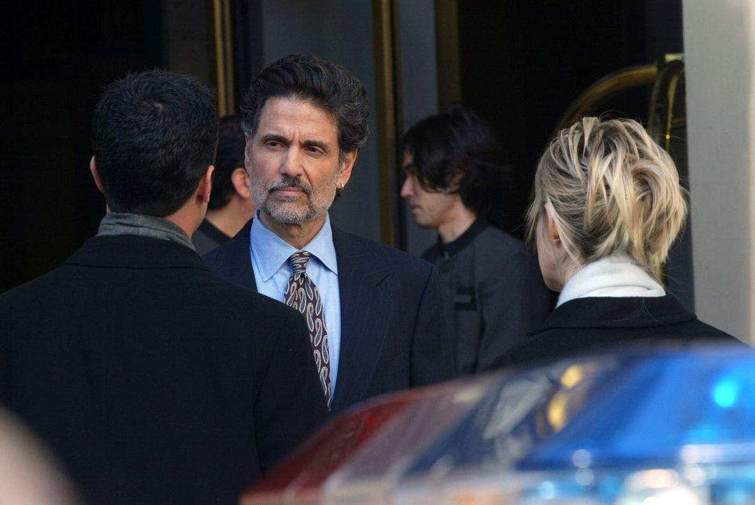 Det. Lilly Rush (Kathryn Morris, r.) und Det. Scott Valens (Danny Pino, l.) versuchen herauszufinden, ob Adam Clarke (Chris Sarandon, 2.v.l.) etwas... - Bildquelle: Warner Bros. Television