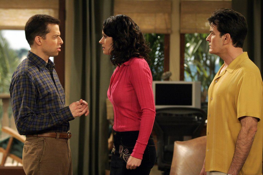 Jamie (Paget Brewster, M.) will sich bei Alan (Jon Cryer, l.) und Charlie (Charlie Sheen, r.) rächen. Doch wird es ihr gelingen? - Bildquelle: Warner Bros. Television