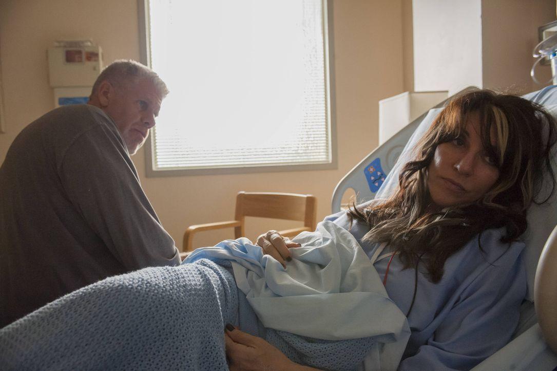 Clay (Ron Perlman, l.) versucht, Gemma (Katey Sagal, r.) durch ein Hilfsangebot wieder an sich zu binden ... - Bildquelle: 2012 Twentieth Century Fox Film Corporation and Bluebush Productions, LLC. All rights reserved.