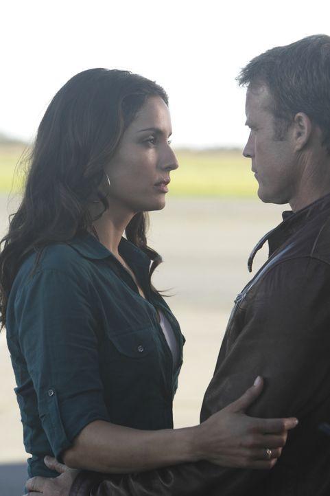 Maria (Leonor Varela, l.), Chances (Mark Valley, r.) alte Flamme, bitte ihn um Hilfe in einer brisanten Angelegenheit ... - Bildquelle: 2011  Warner Bros.