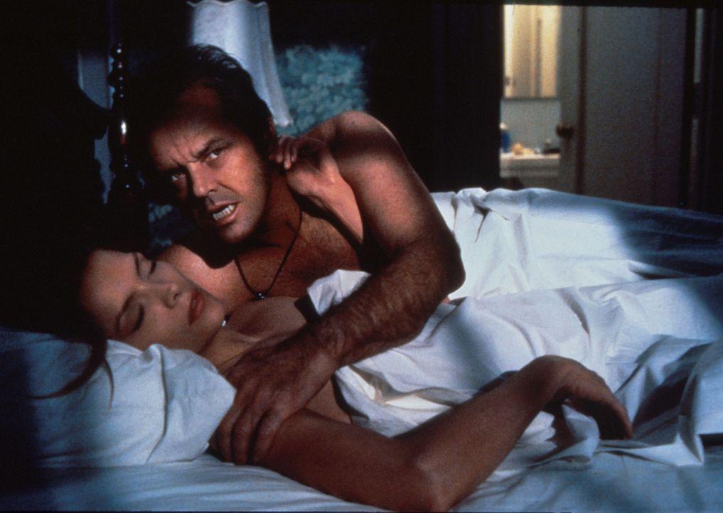 Für seine Geliebte Laura (Michelle Pfeiffer, l.) hat Will (Jack Nicholson, r.) immer ein wachendes Auge ... - Bildquelle: Columbia TriStar