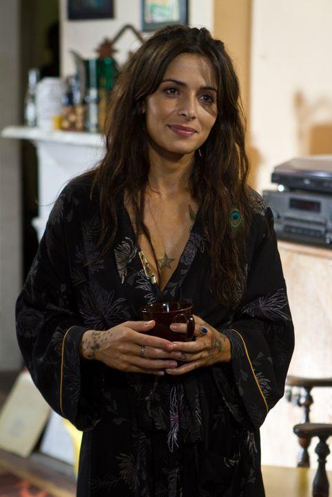 Noch glaubt Lisa (Sarah Shahi), dass ihr Vater dem Morden abgeschworen hat - aber nicht mehr lange ... - Bildquelle: Frank Masi 2012 Constantin Film Verleih GmbH / Frank Masi