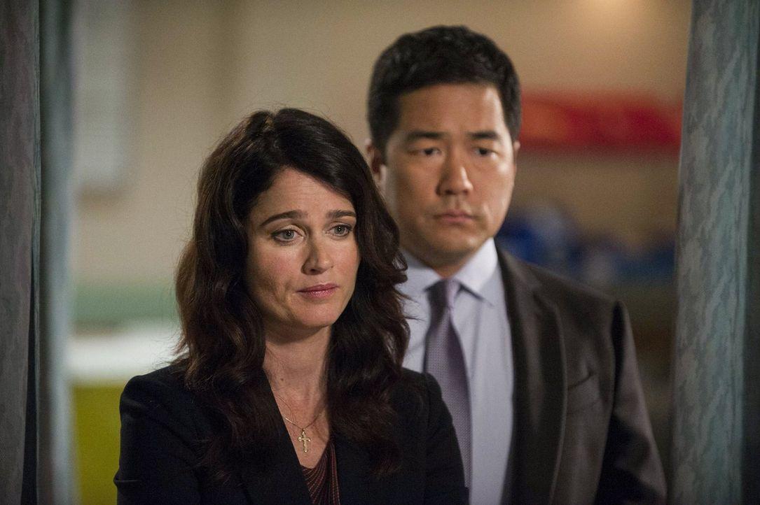 Nach alldem, was geschehen ist, machen sich Teresa (Robin Tunney, l.) und Kimball (Tim Kang, r.) Sorgen um Patrick Jane ... - Bildquelle: Warner Bros. Television