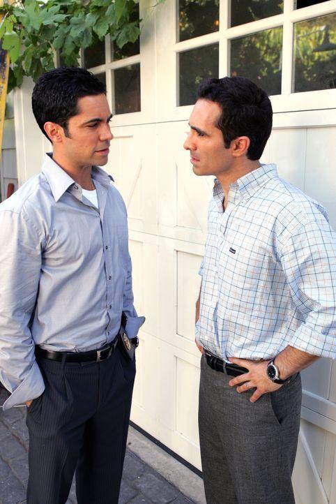 Scott (Danny Pino, l.) besucht seinen Bruder Mike (Nestor Carbonell, r.) bezüglich eines Kindesmissbrauchs ... - Bildquelle: Warner Bros. Television