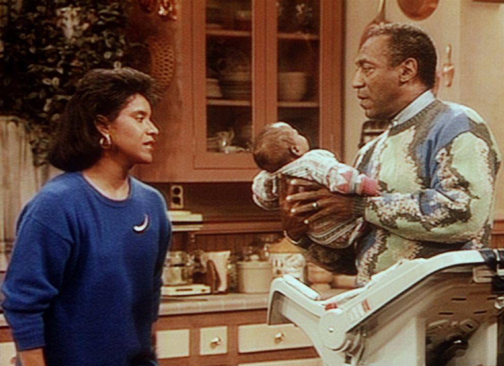 Da Clair (Phylicia Rashad, l.) dringend ins Büro muss, sieht sich Cliff (Bill Cosby, r.) gezwungen, bei seinen Enkelkindern allein Babysitter zu sp... - Bildquelle: Viacom
