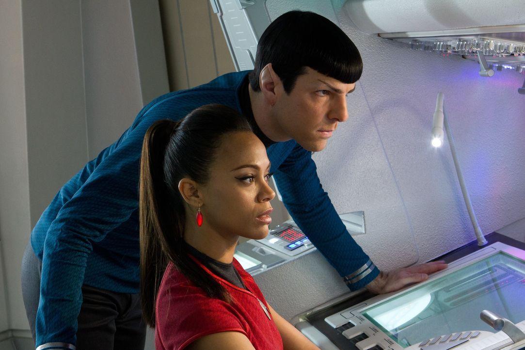 Müssen Khan schnappen, damit Kirk überleben kann: Spock (Zachary Quinto, l.) und Uhura (Zoe Saldana, r.) ... - Bildquelle: Zade Rosenthal 2013 Paramount Pictures.  All Rights Reserved. / Zade Rosenthal