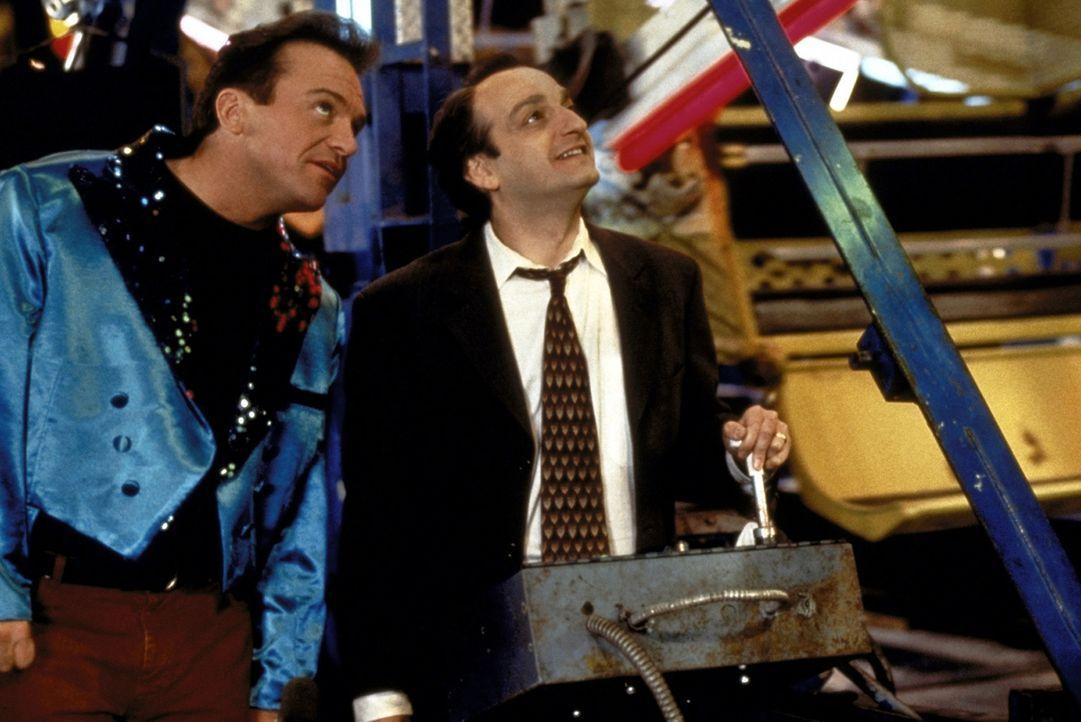 Sogar Daniel (David Paymer, r.) kann dem Kirmesbesuch mit seinem Entführer Franklin (Tom Arnold, l.) etwas abgewinnen ... - Bildquelle: Warner Bros.