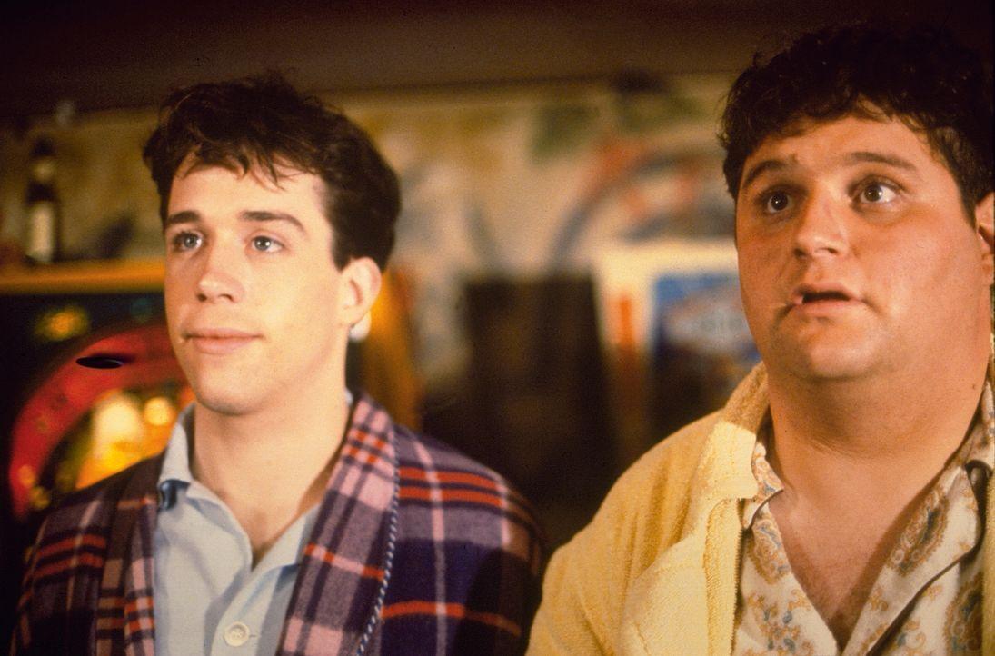 Die beiden Erstsemestler Kent (Stephen Furst, r.) und Larry (Tom Hulce, l.) werden von der Omega-Burschenschaft abgelehnt. Daraufhin machen sie sich... - Bildquelle: 1977 Universal City Studios, Inc. All Rights Reserved.