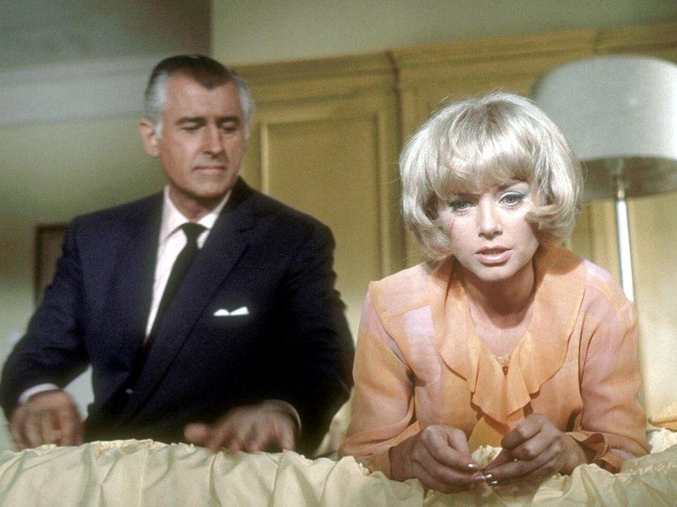 Inspektor Smith (Stewart Granger, l.) verspricht sich von Polly (Sophie Hardy, r.), wichtige Hinweise zur Klärung der Mordserie ... - Bildquelle: Constantin Film