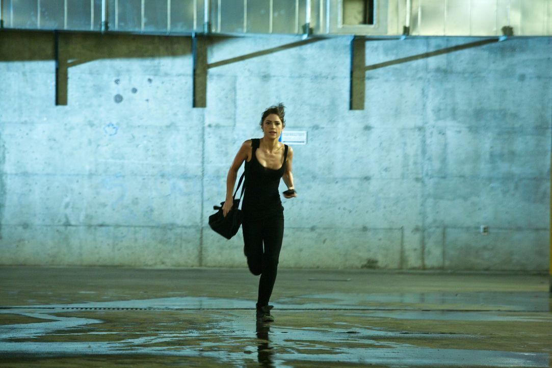 Im Wettlauf gegen die Zeit: Ames (Janet Montgomery) ... - Bildquelle: 2011  Warner Bros.