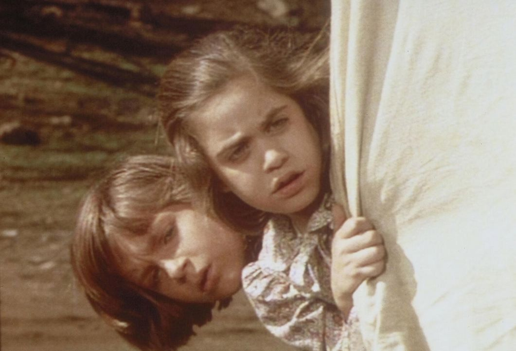 Verstohlen blicken James (Jason Bateman, l.) und Cassandra (Missy Francis, r.) aus dem Wagenverschlag, um das Gespräch zwischen Charles und ihrem O... - Bildquelle: Worldvision