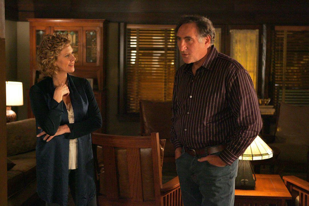 Rückblende: Machen sich Sorgen um ihre Söhne: Margaret (JoBeth Williams, l.) und Alan Eppes (Judd Hirsch, r.) ... - Bildquelle: Paramount Network Television
