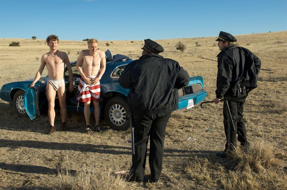 Auch das noch: Veit (Friedrich Mücke, l.) und Tom (Matthias Schweighöfer, 2.v.l.) werden von Highway-Cops angehalten - sie sollen den Kofferraum öff... - Bildquelle: Sony Pictures Television Inc. All Rights Reserved.