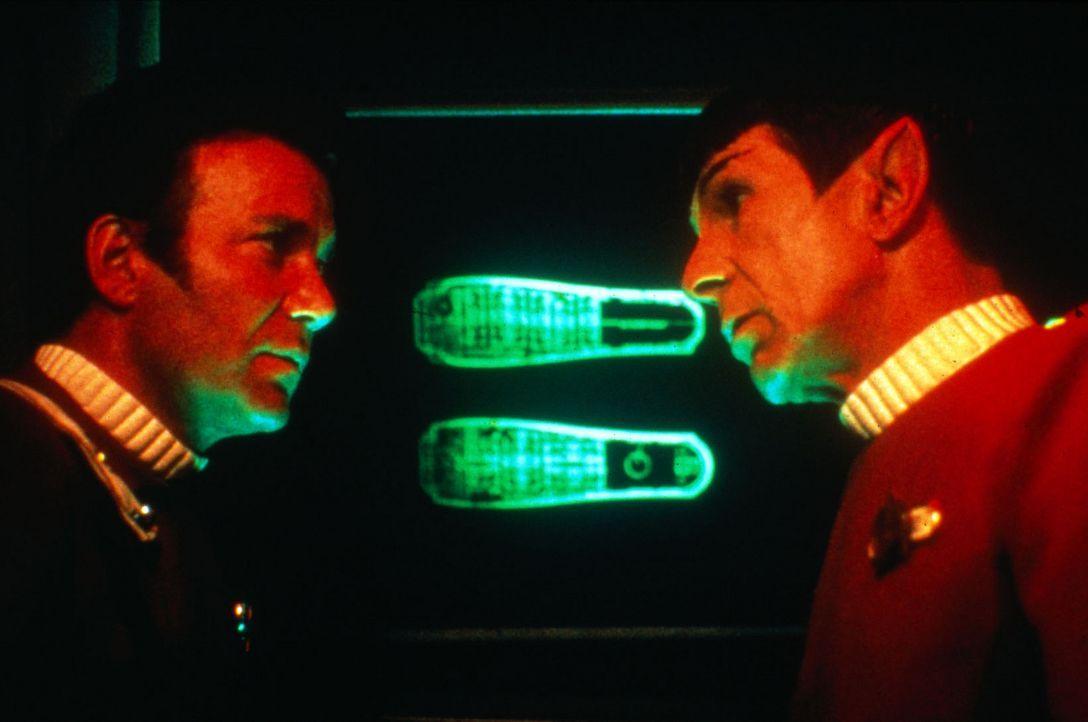Kirk (William Shatner, l.) und Spock (Leonard Nimoy, r.) beratschlagen, wie dem Khan Einhalt geboten werden kann... - Bildquelle: Paramount Pictures