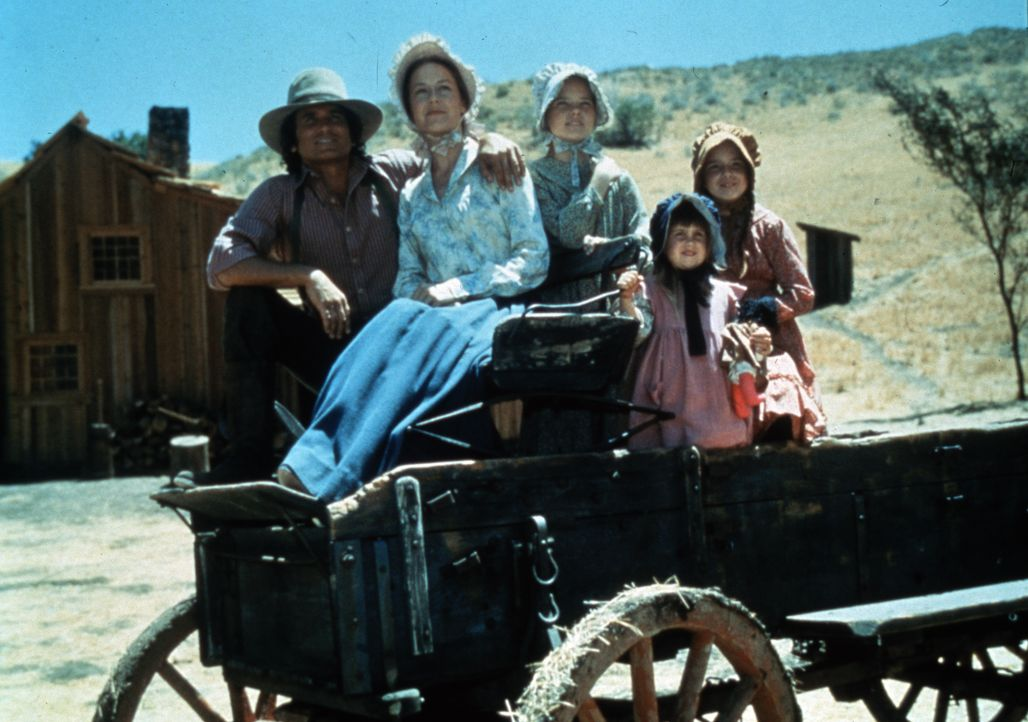 (v.l.n.r.) Charles Ingalls (Michael Landon); Caroline Ingalls (Karen Grassle); ); Mary Ingalls (Melissa Sue Anderson); Carrie Ingalls (Lindsay Sidne... - Bildquelle: 1974-1983 NBCUniversal All Rights Reserved