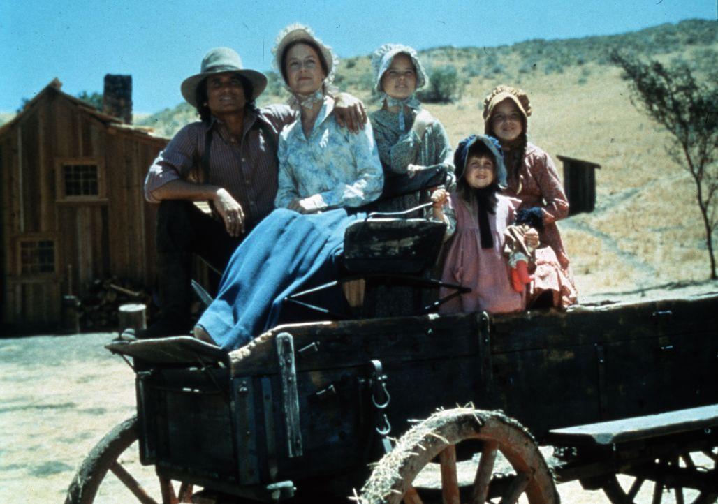 (v.l.n.r.) Charles Ingalls (Michael Landon); Caroline Ingalls (Karen Grassle); ); Mary Ingalls (Melissa Sue Anderson); Carrie Ingalls (Lindsay Sidne... - Bildquelle: 1974-1983 NBCUniversal All Rights Reserved