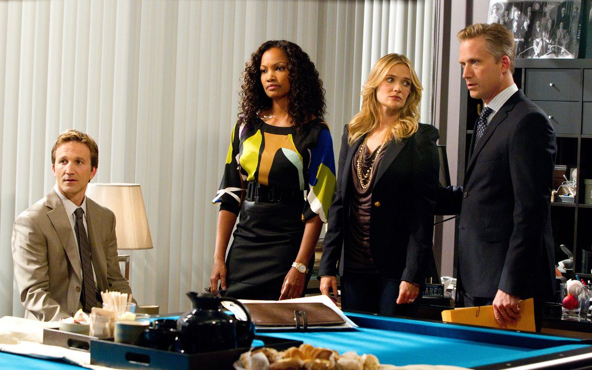 In der Anwaltskanzlei von Stanton Infeld wird ein Scheidungsfall verhandelt. Damien (Reed Diamond, r.), Hanna (Garcelle Beauvais, 2.v.l.) und Frankl... - Bildquelle: 2011 Sony Pictures Television Inc. All Rights Reserved.