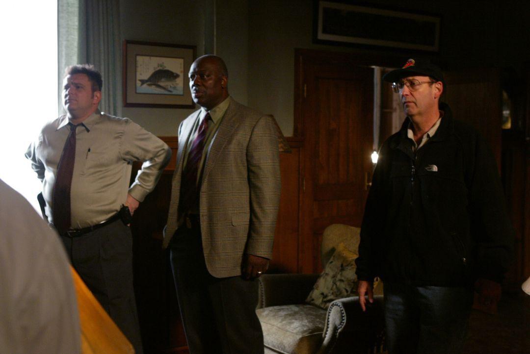 Det. Nick Vera (Jeremy Ratchford, l.) und sein Kollege Det. Will Jeffries (Thom Barry, M.) machen eine interessante und zugleich erschreckende Entde... - Bildquelle: Warner Bros. Television
