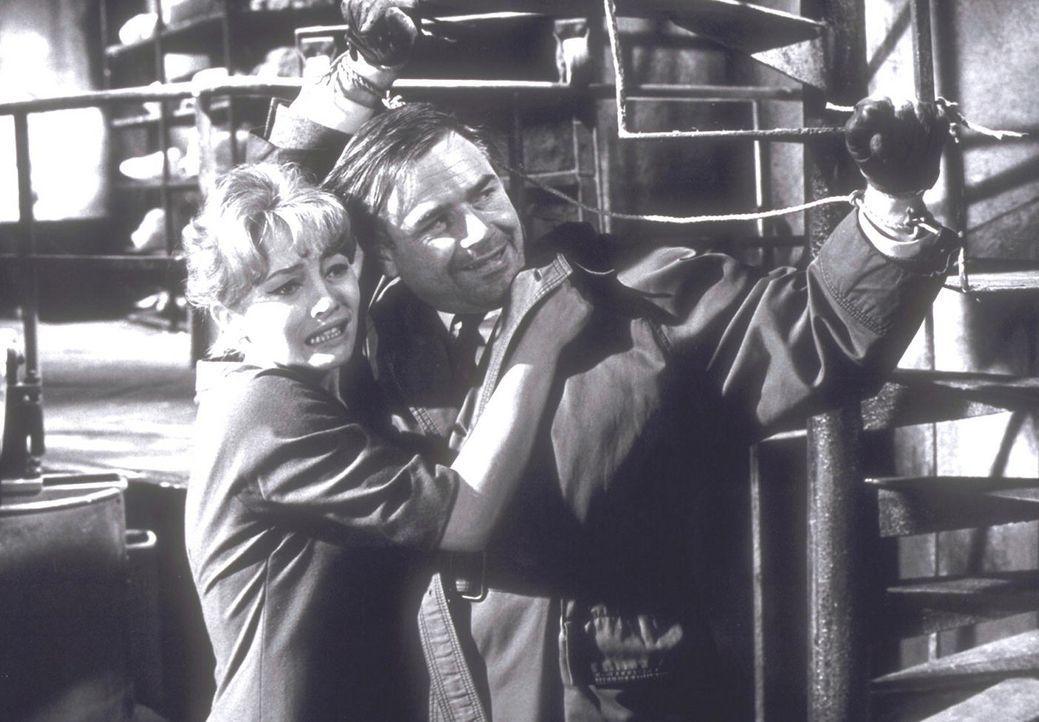 """Nora (Karin Baal, l.) und Inspektor Holt (Joachim Fuchsberger, r.) versuchen, den """"toten Augen von London"""" zu entkommen ..."""