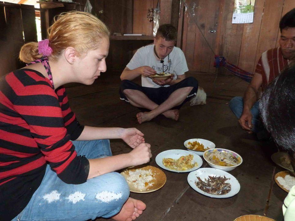 In Thailand sollen Jennifer (l.) und Marcel (2.v.l.) lernen, was Respekt, Disziplin und Arbeit ist ... - Bildquelle: SAT.1