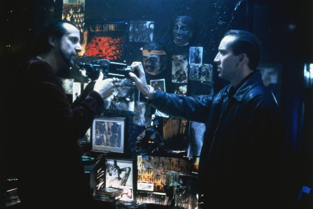 Eine heiße Spur tut sich auf: Tom Welles (Nicolas Cage, r.) gerät an den berüchtigten SM-Filmer Dino Velvet (Peter Stormare, l.) ... - Bildquelle: Columbia Pictures