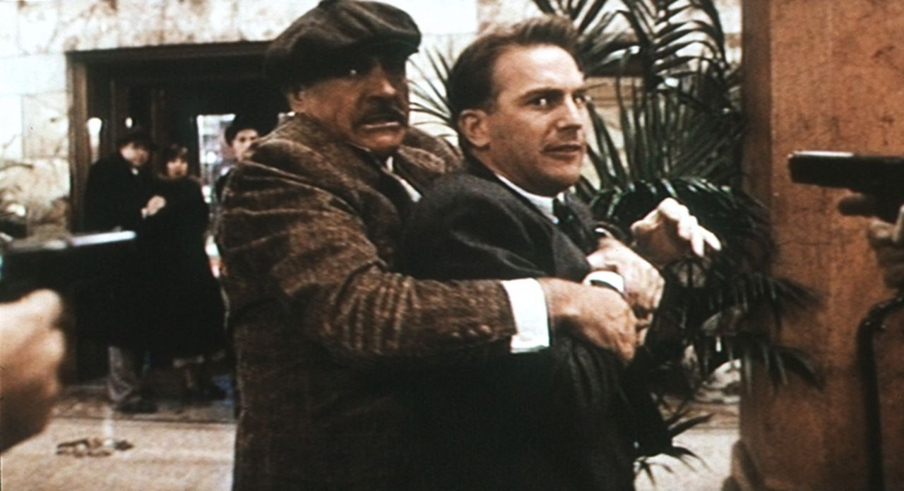 Um den Gangsterboss Al Capone unschädlich machen zu können, müssen Eliot Ness (Kevin Costner, r.) und Jim Malone (Sean Connery, l.) ganz tief in... - Bildquelle: Paramount Pictures