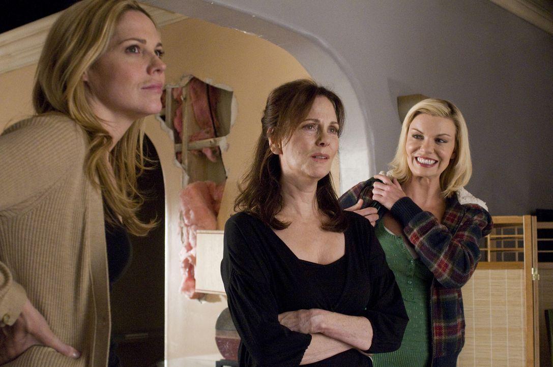 Ist die Überraschung, die Mary (Mary McCormack, l.) und Brandi (Nichole Hiltz, r.) ihrer Mutter Jinx (Lesley Ann Warren, M.) machen nur ein weiterer... - Bildquelle: USA Network