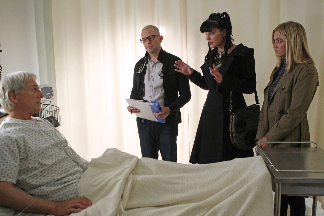 Abby (Pauley Perrette, 2.v.r.), Bishop (Emily Wickersham, r.) und Dr. Cyril Taft (Jon Cryer, 2.v.l.) sorgen sich um Gibbs (Mark Harmon, l.), der wäh... - Bildquelle: Sonja Flemming CBS Television / Sonja Flemming