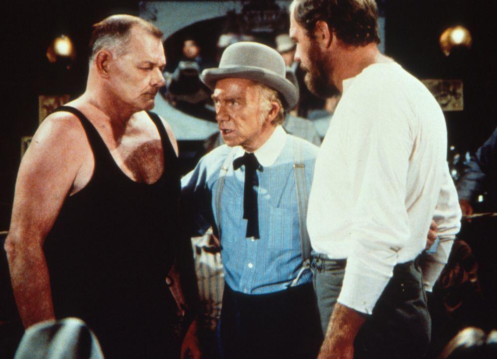 Garvey (Merlin Olsen, r.) muss gegen Milos Stavronpolis (Leo Gordon, l.) den Vorentscheidungskampf bestreiten. - Bildquelle: Worldvision