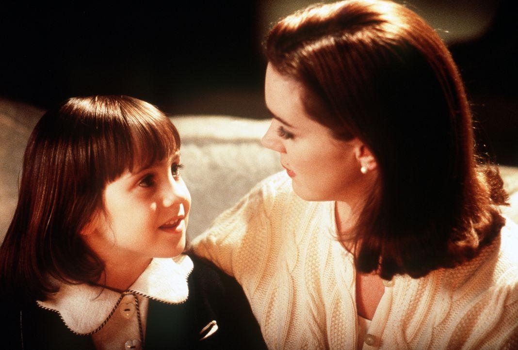 Dorey Walker (Elizabeth Perkins, r.) kann der blühenden Phantasie ihrer Tochter Susan (Mara Wilson, l.) nicht folgen. Als kühle Geschäftsfrau ist de... - Bildquelle: 20th Century Fox
