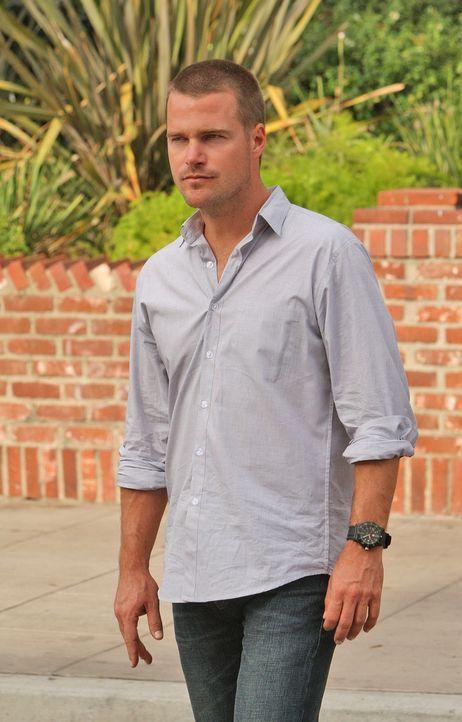 Tracy Keller nimmt in einem Navy-Rekrutierungsbüro Geiseln, um so Kontakt zu Callen (Chris O'Donnell) aufzunehmen. Dessen Verwunderung ist groß, den... - Bildquelle: CBS Studios Inc. All Rights Reserved.