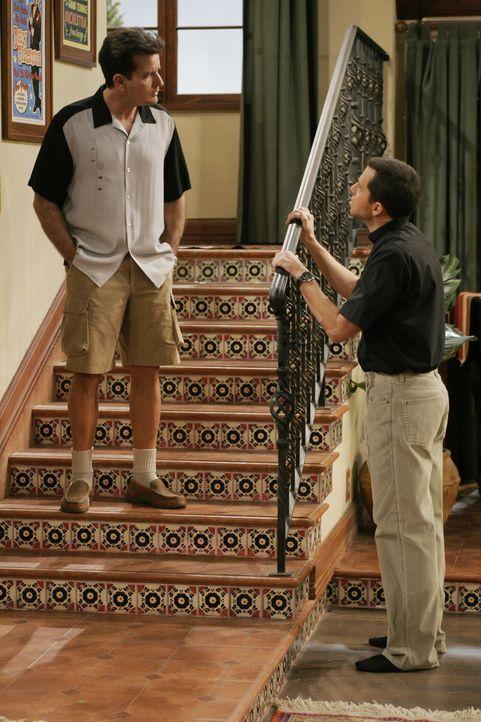 Charlie (Charlie Sheen, l.) bittet seinen Bruder Alan (Jon Cryer, r.), Kandi mit einer guten Ausrede wegzuschicken ... - Bildquelle: Warner Brothers Entertainment Inc.
