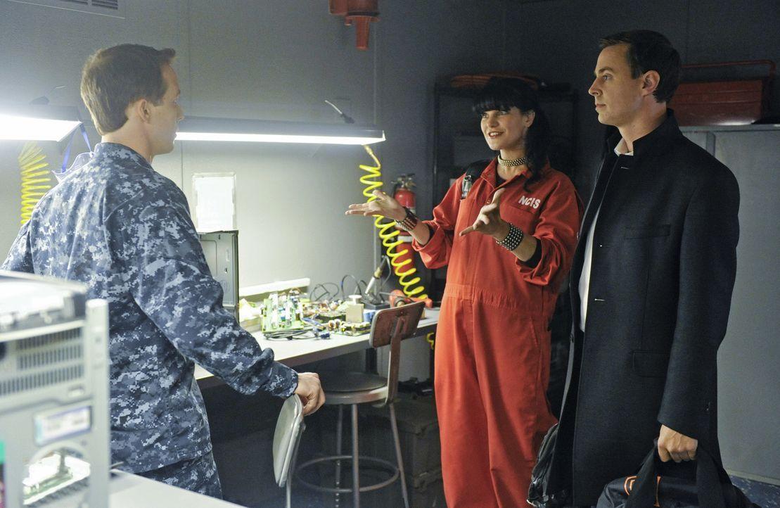Versuchen, einen neuen Fall zu lösen: Seal Team Commander Joe Hankos (Dan Thiel, l.), Abby (Pauley Perrette, M.) und McGee (Sean Murray, r.) ... - Bildquelle: Darren Michaels CBS Television