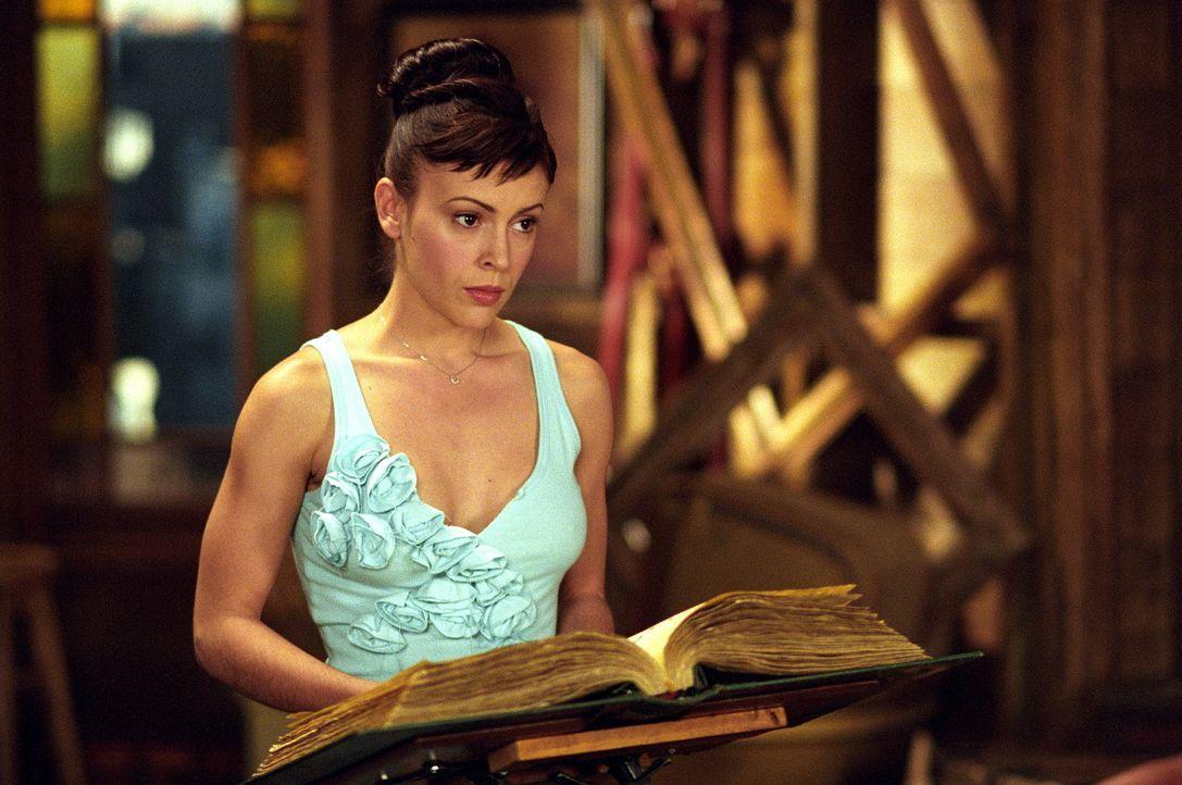 """Phoebe (Alyssa Milano) schafft es mittels eines """"Finde eine verlorene Liebe""""-Zauberspruchs zu Cole. Er bitte Phoebe, das Gremoir zu beschaffen und d... - Bildquelle: Paramount Pictures"""